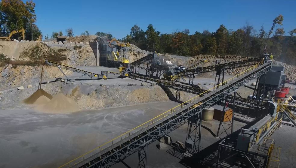 crushing station with conveyor belts